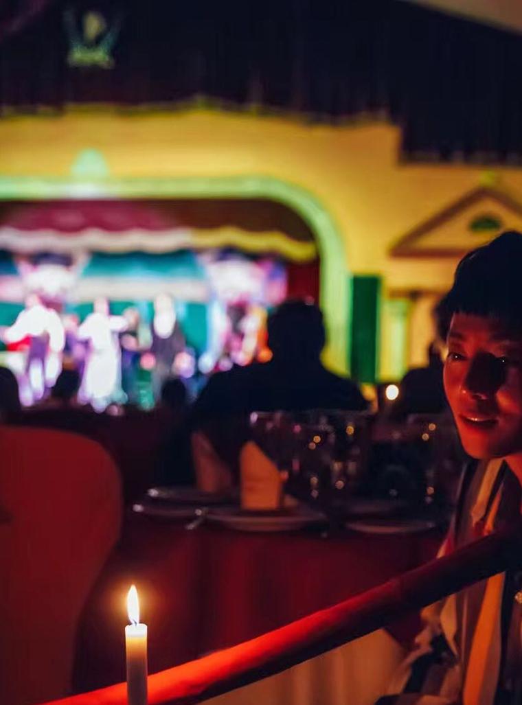 Jay Sin influencer chino visita el tablao flamenco El Palacio Andaluz en Sevilla