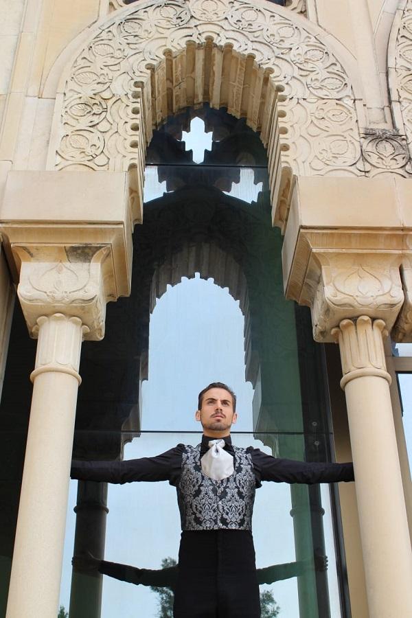 Antonio Corral es un bailaor flamenco en Sevilla