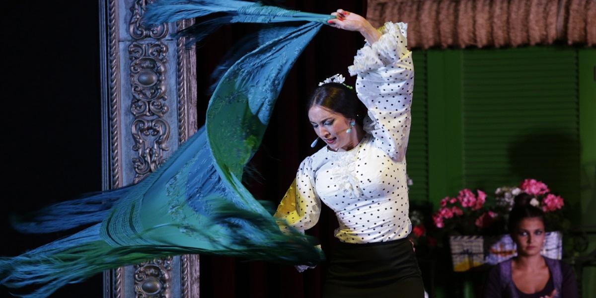 El mantón de flamenco es un complemento del baile que otorga elegancia